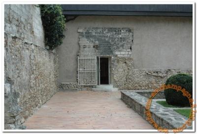 L'entrée mal indiquée du Musee du Cloître