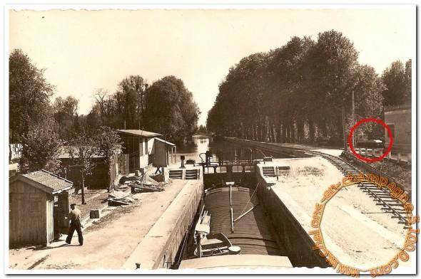 Châlons : L'écluse vers 1950 et un tracteur Jeumont