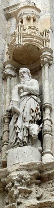 Sur la façade de l'Eglise Saint-Alpin